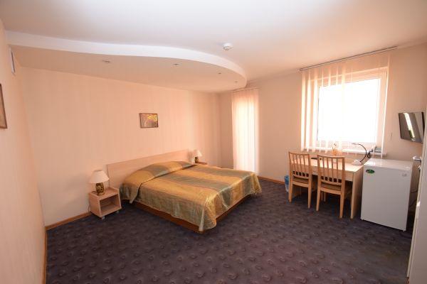 Dvivietis kambarys su dvigule lova ir balkonu