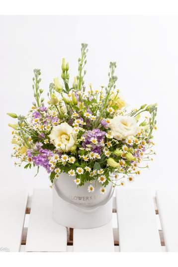 Romantiška gėlių kompozicija gėlių dėžutėje