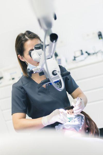 Dantų šaknų kanalų gydymas, pergydyma naudojant mikroskopą