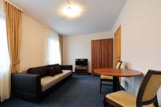 Dviejų kambarių apartamentai su svetainės zona ir virtuvėle