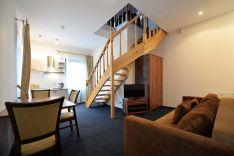 Dviejų miegamųjų apartamentai per du aukštus, su balkonu.