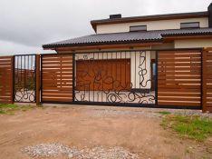 Slenkantys vartai su mediena