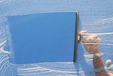 Langų, stoglangių, stiklinių paviršių stiklo pertvarų, veidrodžių ir vitrinų plovimas.