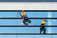 Pastatų fasadų, sunkiai pasiekiamų aukštuminių paviršių plovimas.