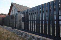Modulinės. Vertikalių metalinių dailylenčių tvoros.
