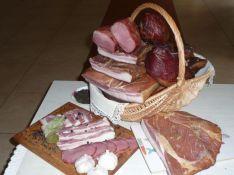 Mažmeninė ir didmeninė prekyba kaimiškais rūkytais mėsos gaminiais