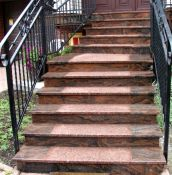 Betoniniai laiptai ir laiptų apdaila iš akmens.