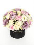 Vintažinė gėlių kompozicija gėlių dėžutėje