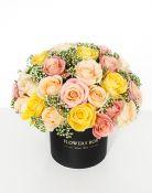 Šviesių spalvų rožių kompozicija gėlių dėžutėje