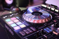 Naktinis klubas, DJ paslaugos