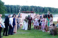 Santuokos ceremonija ant ežero kranto
