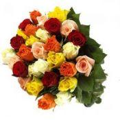 Įvairių spalvų rožių puokštė