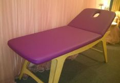 Tvirtas fiksuoto aukščio medinis masažo stalas