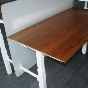 Reguliuojamo aukščio dvigubi stalai su pertvara arba be jos