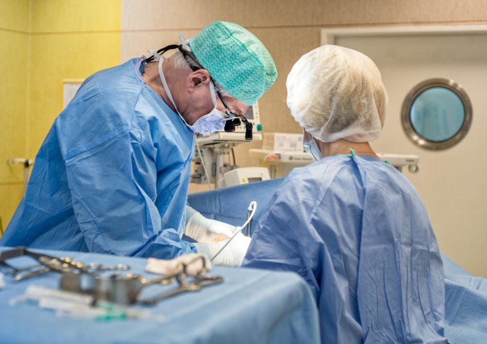 Operuoja plastinės ir rekonstrukcinės chirurgijos gydytojas Renaldas Vaičiūnas
