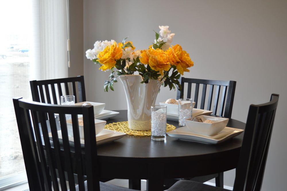 Apvalūs ir keturkampiai stalai – ką geriau rinktis?