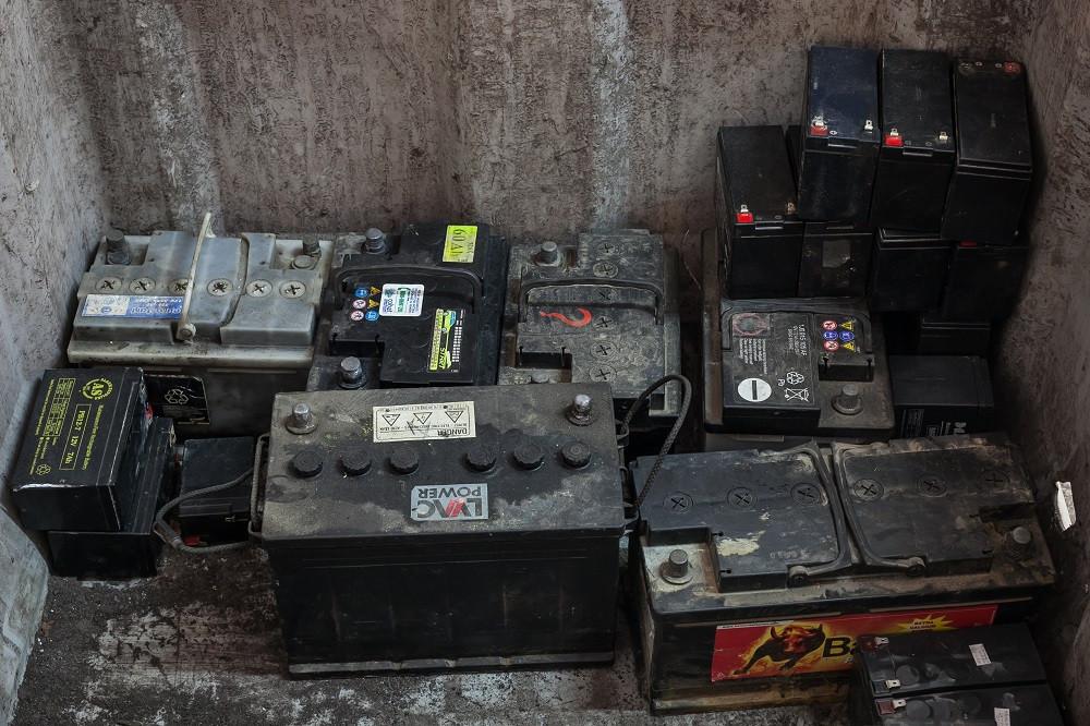 Kodėl negalima ir neverta kaupti automobilio senų akumuliatorių?