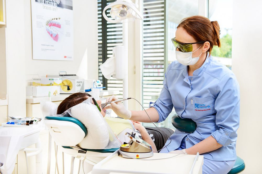 Kuo skiriasi dantų implantavimas nuo dantų protezavimo?