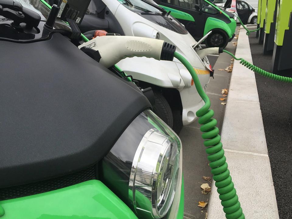 Neįtikėtina: naujų elektromobilių pardavimas Europoje aplenkė dyzelinu varomų