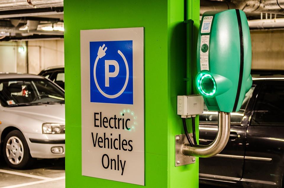 Kaip bus su pilnai išsikrovusiomis elektromobilių baterijomis?