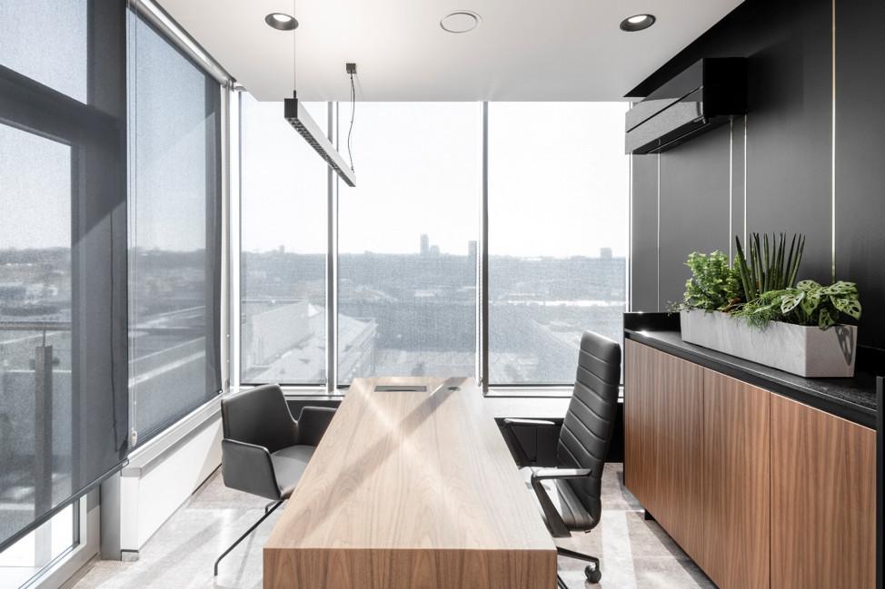 Kokiomis savybėmis pasižymi šiuolaikiškas darbo stalas vadovams?