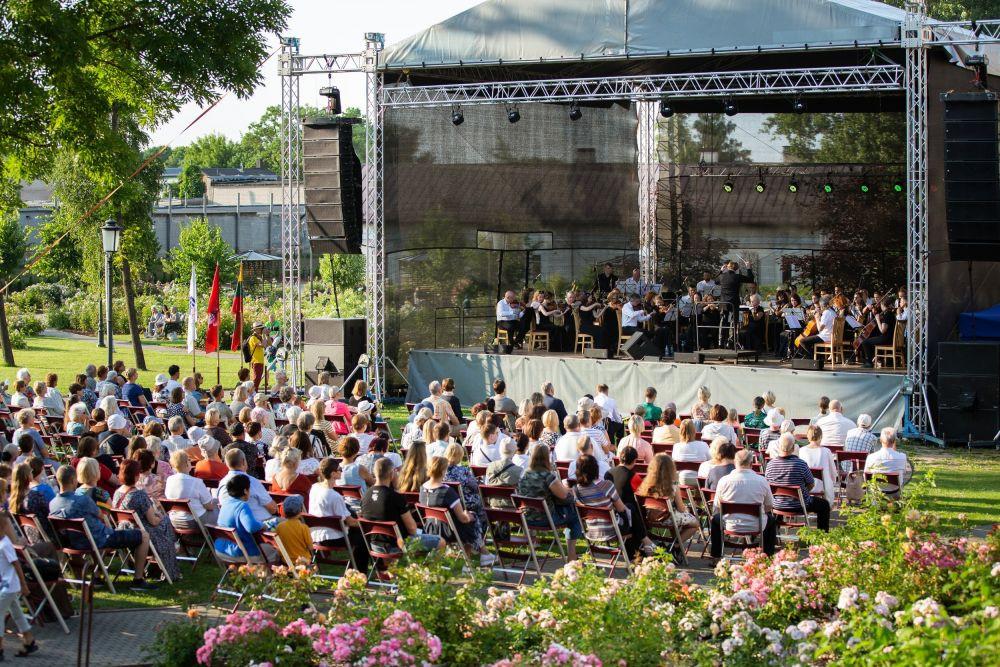 """Vasaros festivalį tęsia """"Keistuolių teatro"""" spektaklis ir užburiančių serenadų koncertas"""