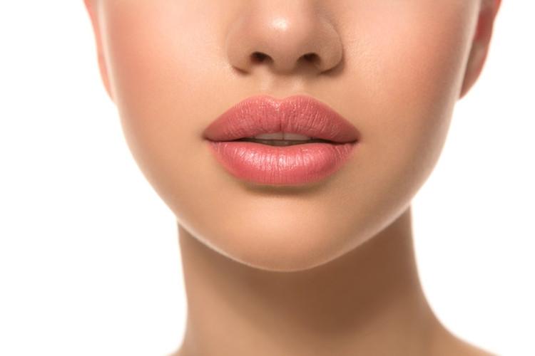 Natūraliai atrodantis lūpų putlinimas